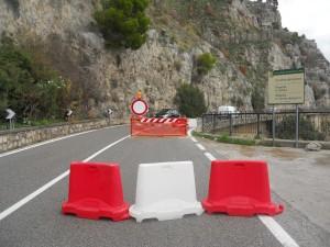 a Positano. Strada ufficialmente chiusa, ma i veicoli continuano a transitare liberamente.
