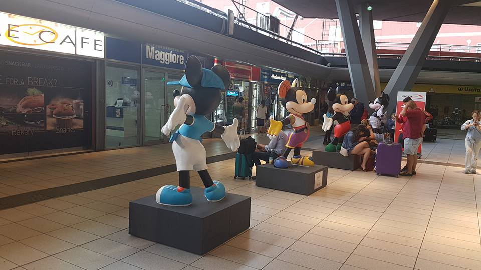 Statue giganti di Topolino alla Stazione di Napoli