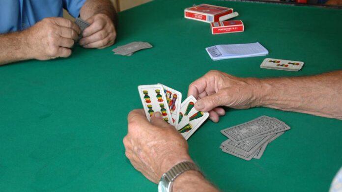 giocano a carte in un Circolo Covid