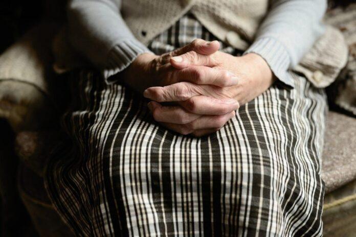 anziana chiede aiuto ai carabinieri buca