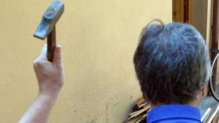 A Marano un uomo entra in un bar e colpisce il titolare con un martello